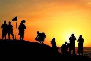 persone che guardano l'alba